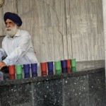 Un sikhs distribuant de l'eau